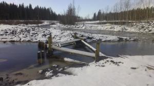 Ylivuotopato ohjaa tulvavedet väljemmälle virtausreitille