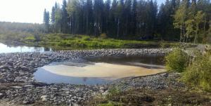 Kun maapadon ohitusputki suljettiin, vesi alkoi virrata padon harjan yli
