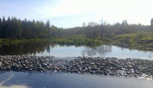 Virtaus keskittyy pääasiassa ns. alivirtaam-aukkoon. Tulva-aikana vesi valtaa koko padon hajan