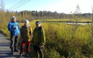 Irmeli Ruoknen, Kyllikki Maaranto ja Pekka Vehkaperä tutustuivat Jäälin kosteikoihin