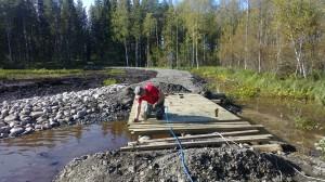 Otto naulaa uuden sillan kansilankkuja