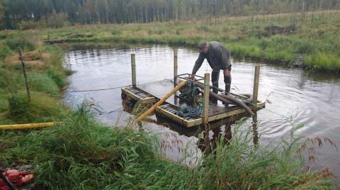 Lietteen pumppausta varten rakennettiin lautta. Kuvassa Otto Moilanen.