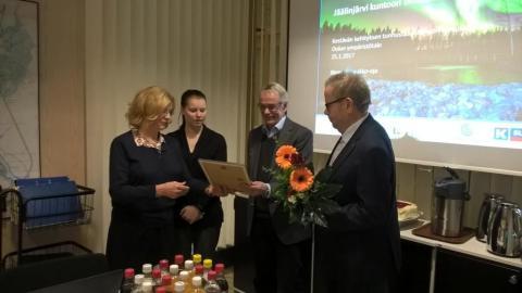 Palkinnon luovuttivat johtokunnan puheenjohtaja Jenna Simula ja ympäristönsuojeluyksikön päällkikkö Marketta Karhu. Palkinnon ottivat vastaan Markku Vuolteenaho ja Birger Ylisaukko-oja
